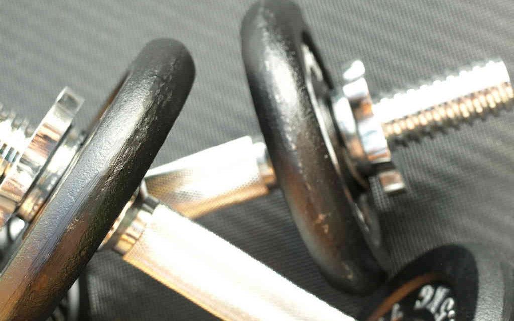 8 gode hjemme håndvægt øvelser til en pæn overkrop