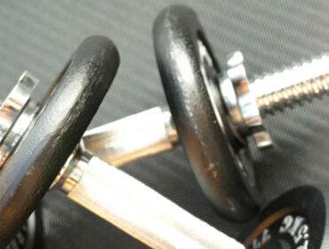 brug de gode hjemme håndvægt øvelser til en pæn overkrop