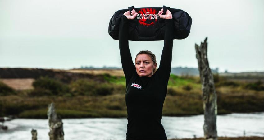 lav udendørs træning med en sandsæk