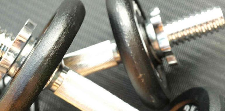 brug et billig håndvægtsæt til hjemmetræning