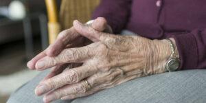 find gode sengeborde til ældre