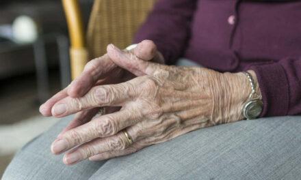 Sengeborde til ældre – 4 praktiske borde med hjul der hjælper i hverdagen