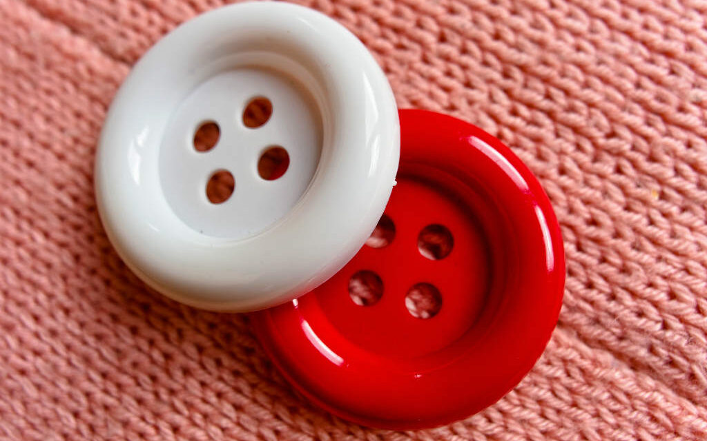 Knaplukker / knappekrog – Det smarte hjælpemiddel til skjorter, bluser