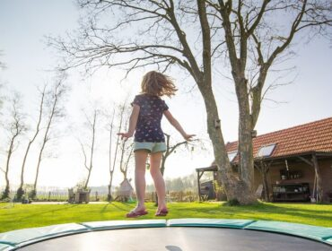 Lad børnene komme i form med en billig trampolin